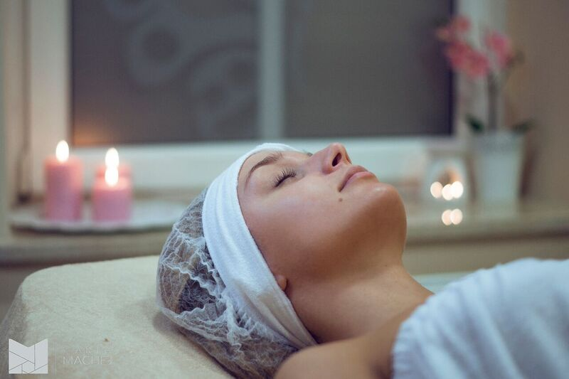 odpowiednia pielęgnacja skóry: w domu lub najlepiej w gabinecie kosmetycznym, szczególnie przed ważnym wydarzeniem...